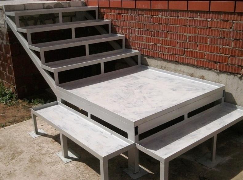 Входная лестница металлическая